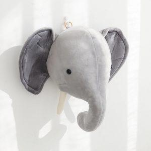 pluche dierenkop olifant voor aan de muur